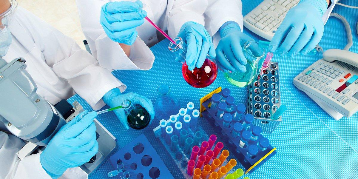 Болезнь развивается в организме человека на фоне попадания в кровь HCV, hepatitis C virus – РНК-содержащего вируса-внутриклеточного паразита. Заражается человек через кровь, вагинальный секрет, эякулят, микротравмы слизистых оболочек. Попадая в организм вирус начинает медленно разрушать печень. Вирус попадает в гепатоциты, где начинает многократно копироваться с исходной материнской вирусной РНК новых дочерних РНК. Далее вокруг образовавшихся РНК происходит формирование капсидов и других структурных элементов вирусного вириона. Из-за воспаления в паренхиме увеличивается количество жировой ткани. По мере гибели клеток печени паренхима замещается фиброзной тканью и работа печени нарушается.